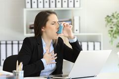 Asmathic行政吸入与哮喘吸入器 库存图片