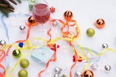 Asociado a la cinta y ornamentos blancos de la Navidad y un vidrio de rojo fotografía de archivo libre de regalías