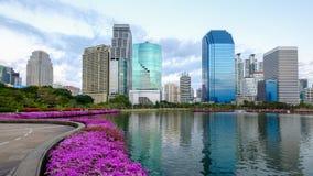 Asoke nowożytni budynki Bangkok miasta linia horyzontu, Tajlandia Pejzaż miejski fotografia Benchakitti park przy półmrokiem obrazy stock