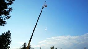 Asomando con la cuerda de la alta torre, hombre que despide en la secuencia, saltando con seguro de la altura almacen de metraje de vídeo