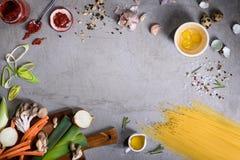 Asortment da massa com ingredientes do vegetariano Quadro italiano do alimento da festa do ciusine Vista superior, espaço da cópi fotografia de stock royalty free