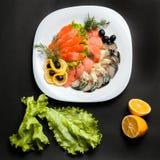 Asortowana ryba z łososiem słuzyć na białym talerzu obrazy stock