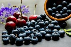Asortowane świeże jagody na drewnianym tle Fotografia Royalty Free