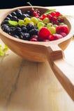 Asortowane świeże ogrodowe jagody na drewnianym tle Zdjęcia Stock