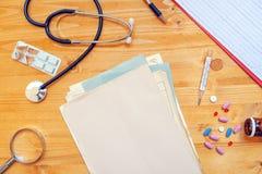 Asortowane biurowe dostawy na ogólnym medycznym lekarzie praktykującym pracują de Fotografia Royalty Free