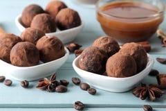 asortowane czekoladki cukierek piłki różni typy czekolada na błękitnym drewnianym stole kakao, cynamon, gwiazdowy anyż i kawa, by obrazy royalty free