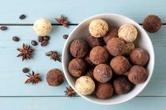 asortowane czekoladki cukierek piłki różni typy czekolada na błękitnym drewnianym stole kakao, cynamon, gwiazdowy anyż i kawa, by zdjęcie stock
