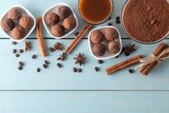 asortowane czekoladki cukierek piłki różni typy czekolada na błękitnym drewnianym stole kakao, cynamon, gwiazdowy anyż i kawa, by obraz royalty free