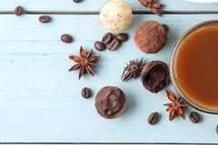 asortowane czekoladki cukierek piłki różni typy czekolada na błękitnym drewnianym stole kakao, cynamon, gwiazdowy anyż i kawa, by obrazy stock