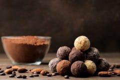 asortowane czekoladki cukierek piłki różni typy czekolada na brązu drewnianym stole cynamon i migdały fotografia royalty free