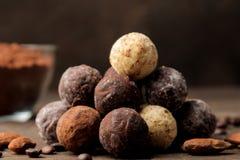asortowane czekoladki cukierek piłki różni typy czekolada na brązu drewnianym stole cynamon i migdały zdjęcia royalty free