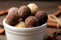 asortowane czekoladki cukierek piłki różni typy czekolada na brązu drewnianym stole cynamon i migdały obrazy royalty free
