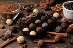 asortowane czekoladki cukierek piłki różni typy czekolada na brązu drewnianym stole cynamon i migdały fotografia stock