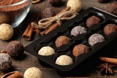 asortowane czekoladki cukierek piłki różni typy czekolada na brązu drewnianym stole cynamon i migdały obraz royalty free