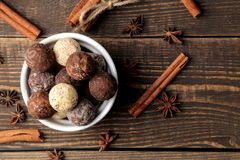 asortowane czekoladki cukierek piłki różni typy czekolada na brązu drewnianym stole cynamon i migdały Odgórny widok fotografia stock