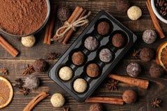 asortowane czekoladki cukierek piłki różni typy czekolada na brązu drewnianym stole cynamon i migdały Odgórny widok zdjęcia stock