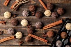 asortowane czekoladki cukierek piłki różni typy czekolada na brązu drewnianym stole cynamon i migdały Odgórny widok fotografia royalty free