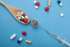 Asortowane farmaceutyczne medycyn pigułki, pastylki i kapsuły, dalej Obrazy Royalty Free