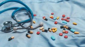 Asortowane farmaceutyczne medycyn pigułki, pastylki i kapsuły nad błękitnym tłem, Zdjęcie Stock