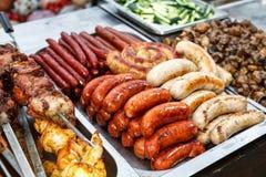 Asortowane Niemieckie kiełbasy piec na grillu w stalowym zbiorniku Fotografia Stock
