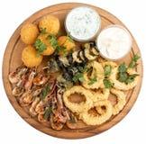 Asortowane piwo przek?ski Serowe pi?ki, mussels piec na grillu, garnela, ka?amarnica pier?cionki zdjęcie stock