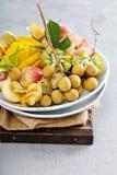 Asortowane tropikalne owoc na talerzu Zdjęcia Stock