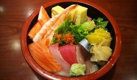 Asortowanego świeżego owoce morza Japoński ryżowy puchar Zdjęcie Royalty Free