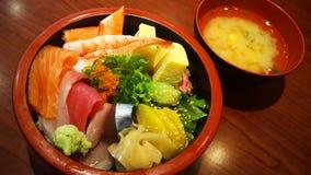 Asortowanego sashimi Japoński ryżowy puchar Zdjęcia Stock