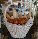 Asortowani chleby w koszu zdjęcia royalty free