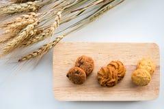 Asortowani ciastka na drewnianych desek Białym tle i banatce Zdjęcie Stock