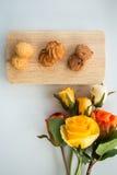 Asortowani ciastka na drewnianych desek Białym tle i wzrastali Zdjęcie Stock