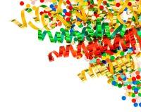 Asortowani confetti z błyszczącym kolorowym streamer na bielu Zdjęcia Royalty Free