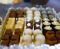 asortowani cukierki na przyjęcie stole Obrazy Stock