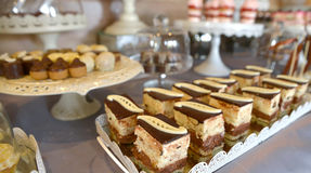 asortowani cukierki na przyjęcie stole Fotografia Royalty Free