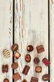Asortowani czekoladowi cukierki i kopii przestrzeń Fotografia Stock