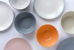 Asortowani czyści opróżniają puchary i talerze dla jedzenia obraz royalty free