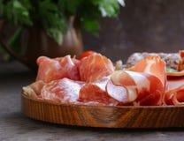 Asortowani delikatesów mięsa - baleron, kiełbasa, salami, Parma, prosciutto Fotografia Royalty Free