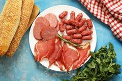 Asortowani delikatesów mięsa - baleron, kiełbasa, salami, prosciutto Obrazy Stock