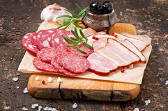 Asortowani delikatesów mięsa, rozmaryny i zdjęcie royalty free