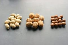 Asortowani orzechy włoscy, macadamia dokrętki i pecans zakończenie na drewnianym stole, obraz stock