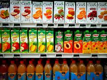 Asortowani owocowi soki w wyśmienitym supermarkecie Zdjęcia Stock