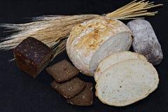 Asortowani różni rodzaje biel i czarny chleb na czarnym tle Zdjęcia Royalty Free