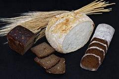 Asortowani różni rodzaje biel i czarny chleb na czarnym tle Zdjęcie Royalty Free