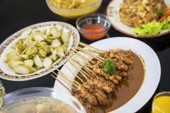 Asortowani tradycyjni indonezyjczyków naczynia na stole zdjęcie stock