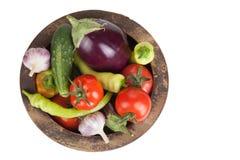 Asortowani warzywa w starym drewnianym pucharze odizolowywającym na bielu plecy Obrazy Stock