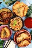 Asortowany Chi?ski jedzenie set Chi?scy kluski, sma??cy ry?, Peking kaczka, dim sum, wiosen rolki S?awni Chi?scy kuchni naczynia  zdjęcie stock