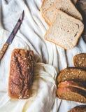Asortowany chleb, plasterki żyto chleb na bieliźnianych tablecloths, drewniani Zdjęcie Stock