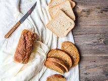 Asortowany chleb, plasterki żyto chleb na bieliźnianych tablecloths, drewniani Fotografia Stock