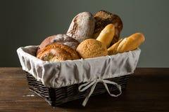 Asortowany chleb w drewnianym koszu Zdjęcie Royalty Free