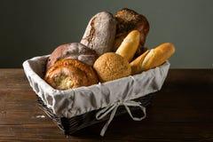 Asortowany chleb w drewnianym koszu Fotografia Stock